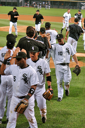 Chicago_white_sox_handshake_2007